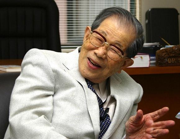 Bác sĩ Hinohara (Nhật) ngoài 100 tuổi vẫn duy trì cân nặng và vòng eo của tuổi 30, không hà khắc ăn uống và vận động thường xuyên.