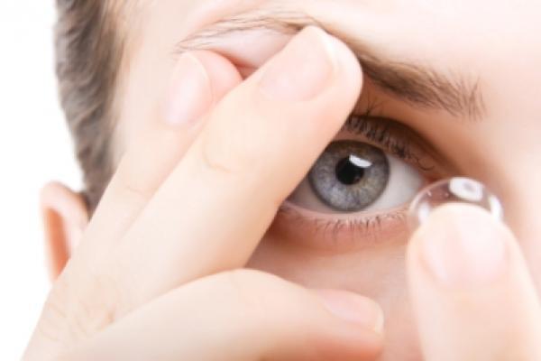 kính áp tròng, tổn thương mắt