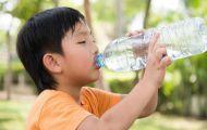 Sai lầm của bố mẹ khi cho trẻ uống nước