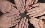Những đôi bàn tay nhăn nheo, trắng bệch vì ngâm mồ hôi trong bộ đồ bảo hộ chống dịch