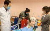 Bé gái rơi từ tầng 12 được tài xế Nguyễn Ngọc Mạnh cứu, tươi rói xuất viện